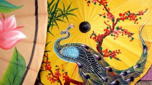 En oriente es habitual el uso de sombrillas para protegerse del sol.