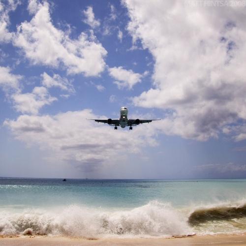 Avión llegando al aeropuerto Luliana de San Martin