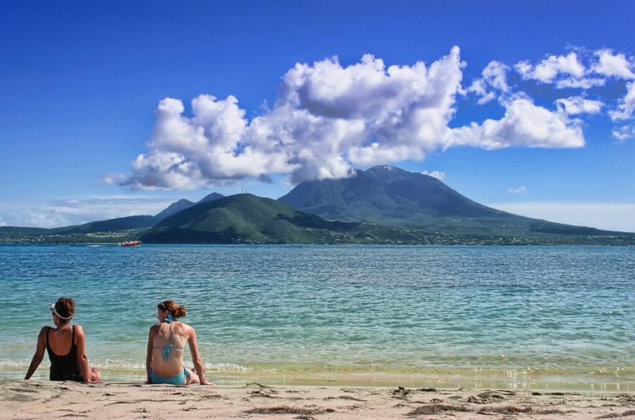 St. Kitts & Nevis. Playa y montaña