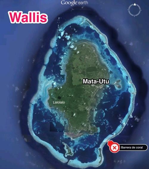 Isla de Wallis y su capital, Mata-Utu, con la barrera de coral. En oscuro Lalolalo, lago encráter volcánico.