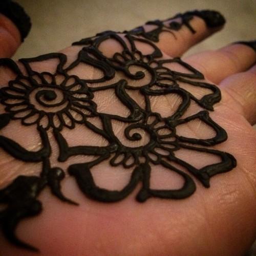 Pasta de henna color negro.
