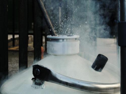Dispersión de nitrógeno líquido a estado gaseoso desde su recipiente.